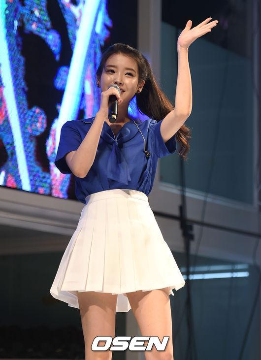 上半身穿著海軍領的藍色上衣+白色網球裙~夏天的女孩IU是也