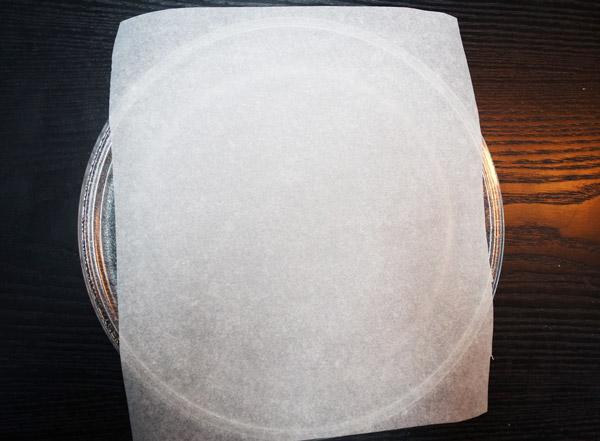馬上開始!!!先把烘培紙裁剪成和微波爐盤子一樣大小