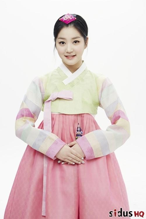 到底通常打扮得摩登時尚的藝人們穿上傳統韓服,會是什麼樣的面貌呢?