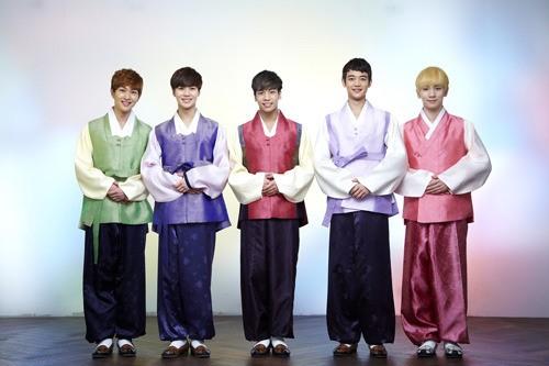 然後是偶像團體SHINee的韓服樣子
