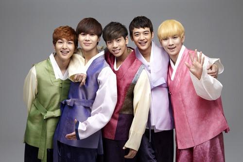 比起華麗的舞台服裝,看到他們穿韓服樣子實在很特別,很清新的感覺...!!!