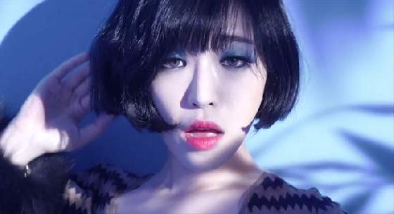 性感歌手孫佳仁在MV〈Truth or Dare〉中擦的藍色眼影也非常前衛,喜歡嘗鮮的妞妞可以試試看喔。