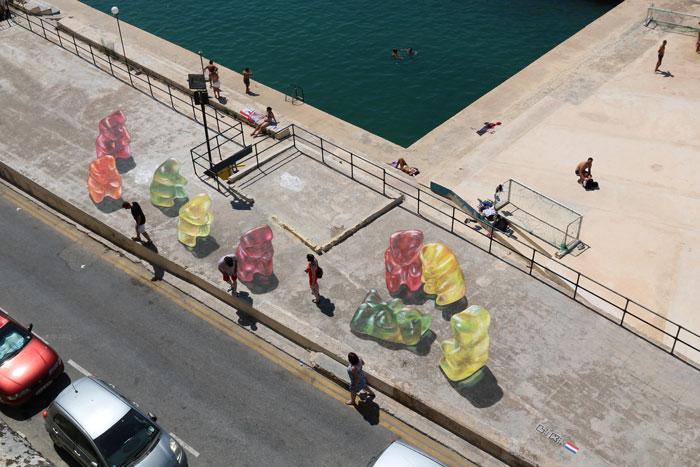 但是神奇的是,如果從附近建築物高處往下望的話,就可以看到9隻..還是9個?..果凍造型的熊..?