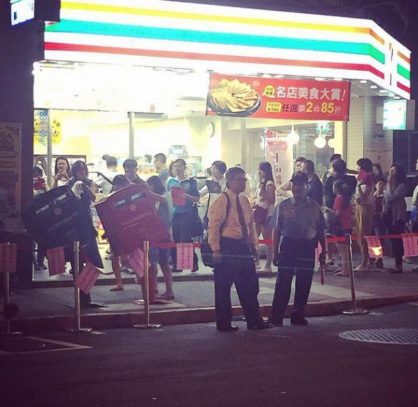 排隊至晚上都沒有停歇~不知道的人還以為是在排江惠演唱會門票吧~