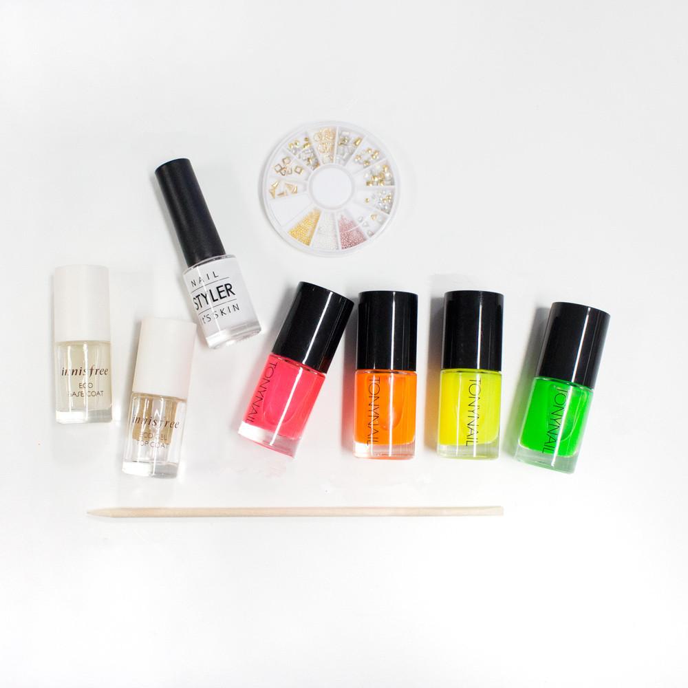 今天的準備材料有 : 底色指甲油,透明護甲油,白色指甲油,四色螢光指甲油(粉紅,橘,綠,黃色),金屬片