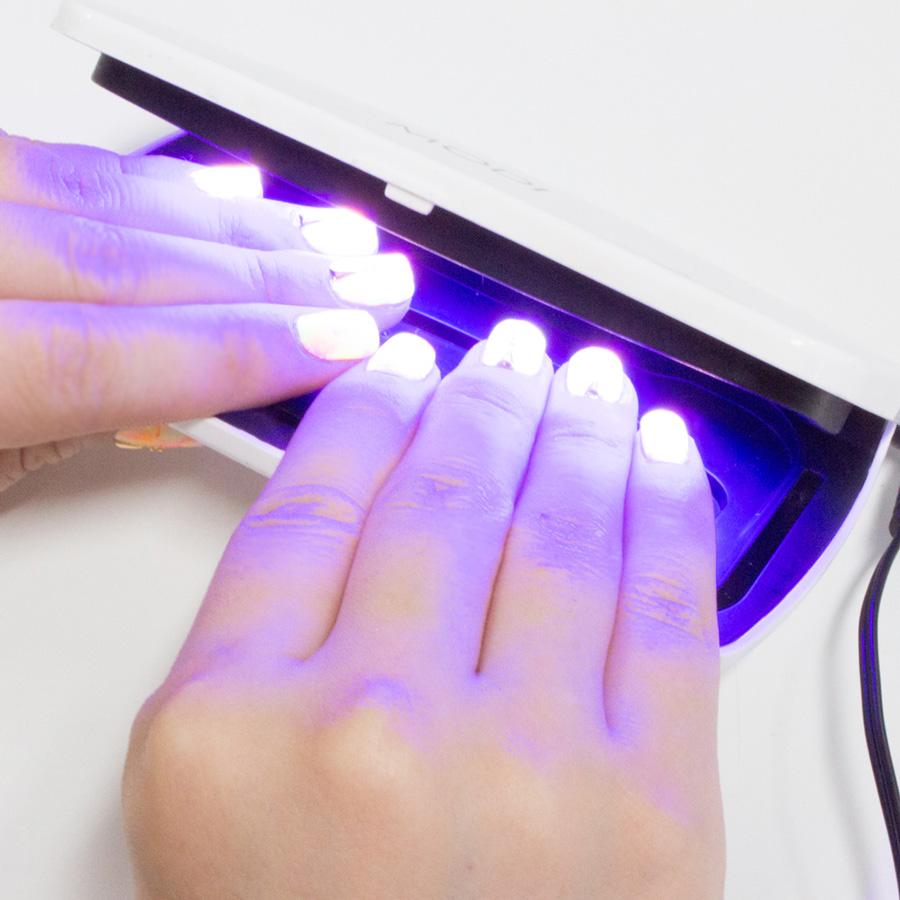 放在LED燈下面一照…哇~~!!好神奇!!因為是螢光的呀~~!!顆顆