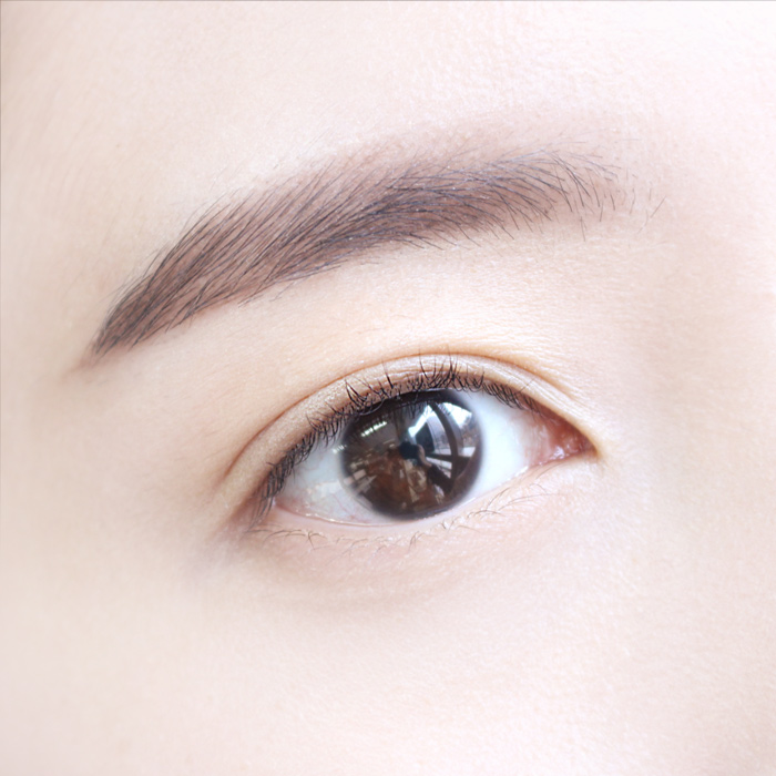 NO.1 當眼妝打底  在我們化眼妝前,可以先在上眼皮和眼睛下方先用控油蜜粉先打底,那麼等等上眼妝時就可以看出效果喔