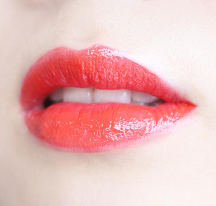 像這樣原本很鮮豔的顏色,如果用了控油蜜粉,瞬間就會變了唇色!!~相信嗎?看看下一張就知道!