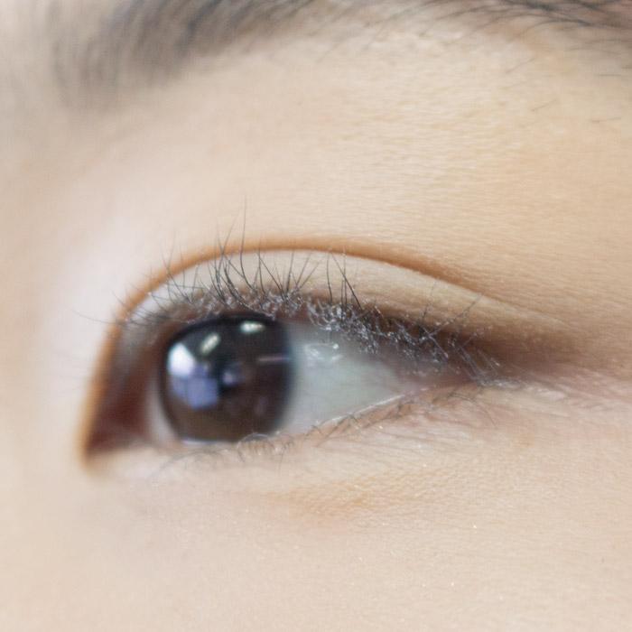 先沾一點控油蜜粉,然後以不沾到眼睛為前提,一點點的沾到眼睫毛上~~