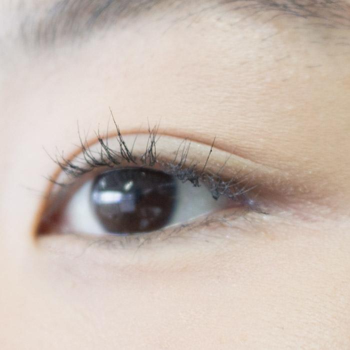 這是我們先沾了控油蜜粉,然後再上眼睫毛膏,再稍微刷了一下眼睫毛…到底效果如何呢?