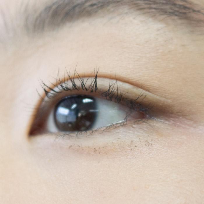 給大家參考,這是沒有用控油蜜粉的效果…上了眼睫毛膏後一小時,已經變成這樣:(