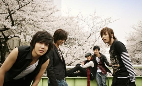 而且,他們的MV風格是以「為了保護我的女人」這樣的主軸為設定,因此受到許多學生們的喜歡。那摸,現在趕快來聽聽,當年在韓國學生圈中大受歡迎,去KTV必點的這5首歌吧!!!