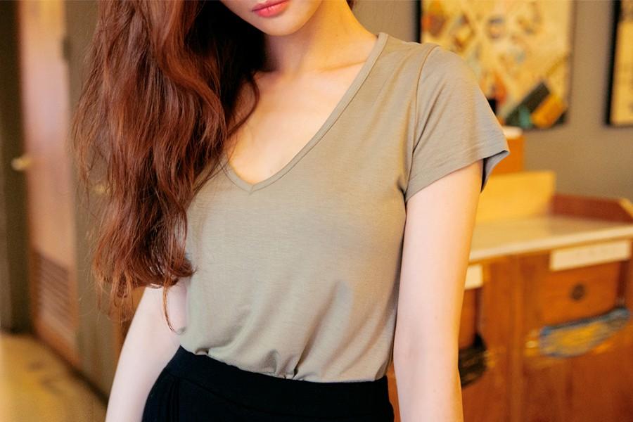 9,600韓幣(約台幣280元) | V領T-shirt  可以很好展現頸部線條和顏色的上衣,因為是深V,看起來也就更性感
