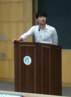 其實不為別的,就因為宋仲基是這裡的學生~看看他在台上報告發表的樣子了♥W♥