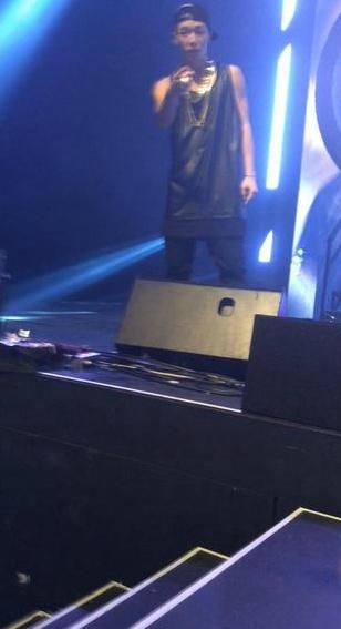 事情是這樣的,有一天在舞台上唱得正盡興的BOBBY~突然發現舞台下的某觀眾.....的iPAD!!!!!!!!!!(指)