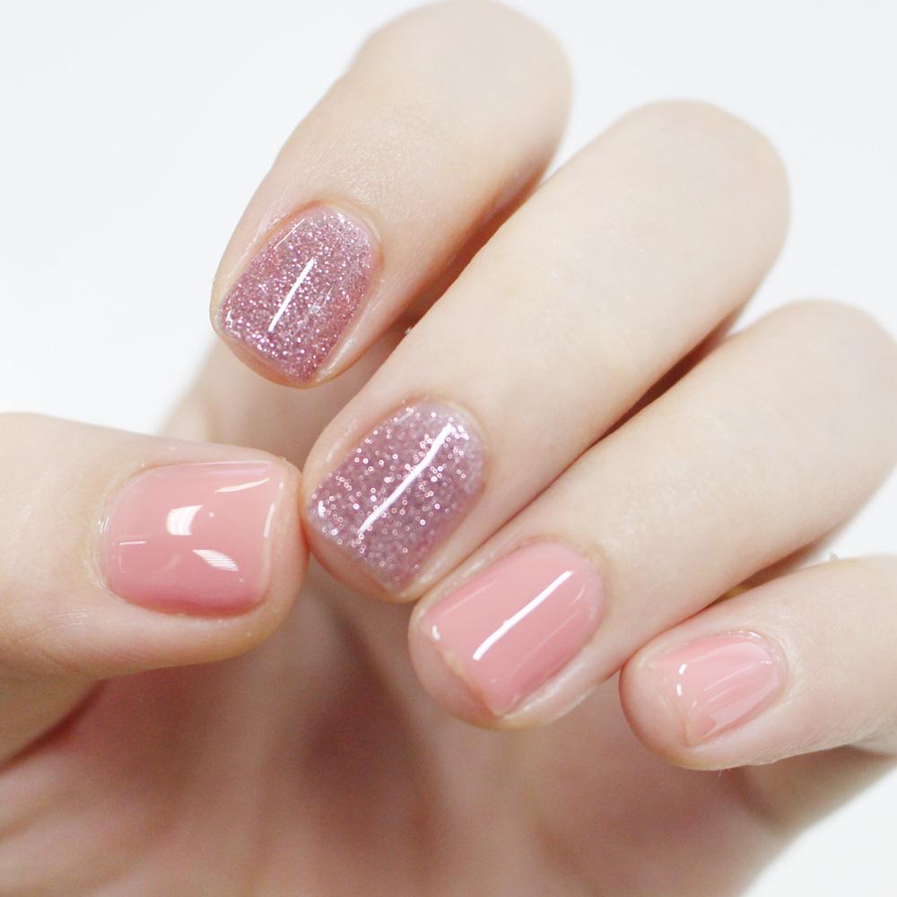 首先把塗上光療指甲的手指準備好!!!~雖然很可惜要把小編美美的光療指甲卸掉,但為了廣大粉絲(?)~小編願意犧牲!