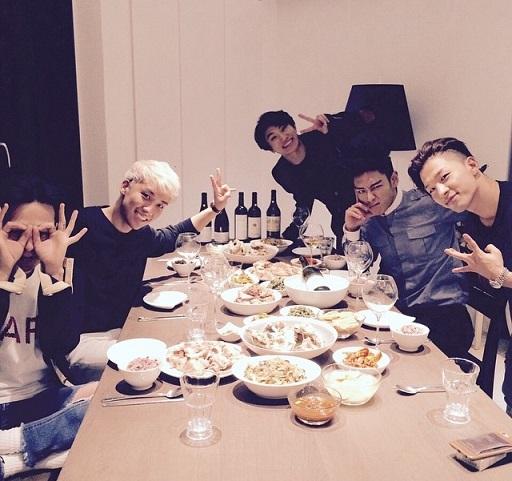 BIGBANG聚會的照片~(後面是紅酒一人一瓶乾的意思嘛?)