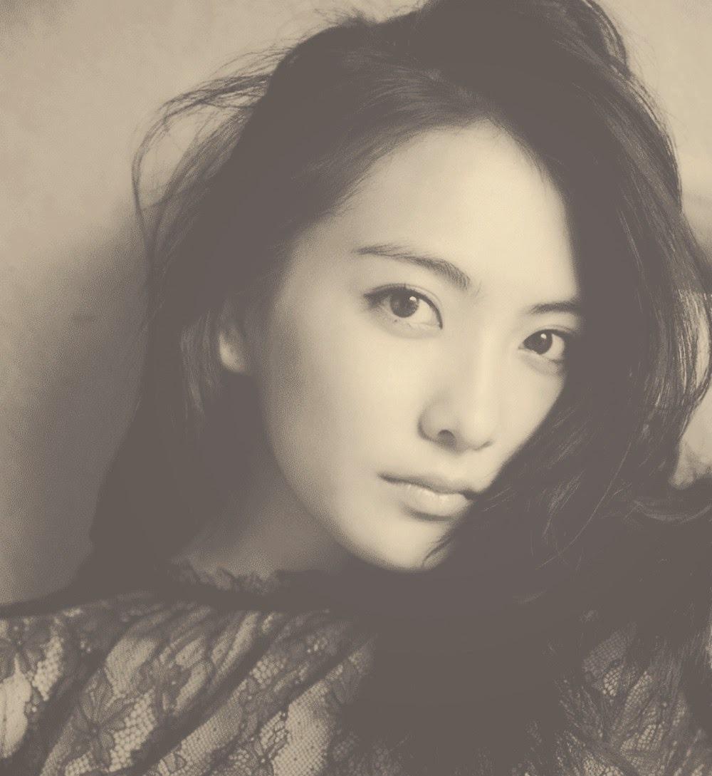 今年才21歲,漸漸變得越來越成熟有女人味的她~也推出日本寫真!挑戰個人的最大尺度呢!