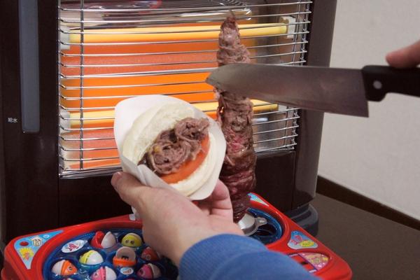 馬上就拿刀一片一片把烤肉切下來,放入我們事先準備好的包子裡,配上蔬菜番茄(但切的時候不會把釣魚台都弄得油膩膩嗎??)