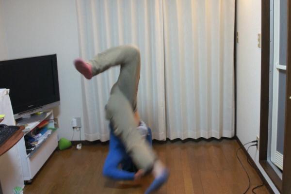 疑似開心地跳起舞.....orz