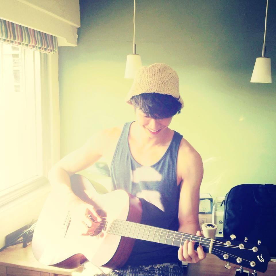 你不知道他還會彈吉他吧?最近他組「輕晨電」樂團,朝歌手夢前進呢
