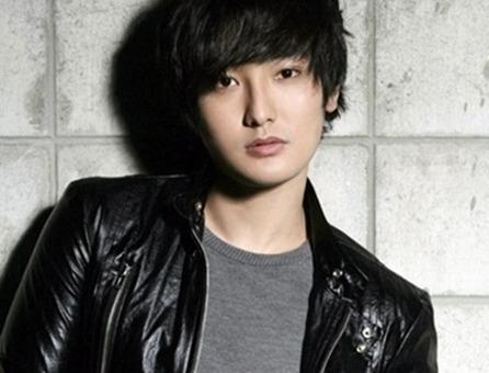 首先是SM! 他們喜歡有深邃五官的面孔,代表人物就是H.O.T安七炫!是第一代的SM外貌擔當最強代表!