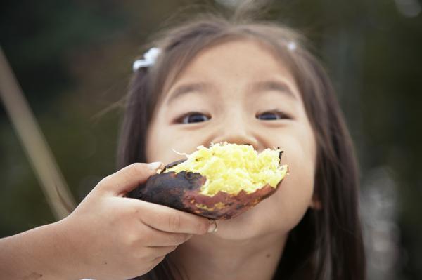 雖然地瓜帶有甜味又是澱粉類,吃了感覺會胖...但是,地瓜的糖分在人體內反而可以有降低血糖的作用,還可以幫助排除身體裡的瘴氣唷!