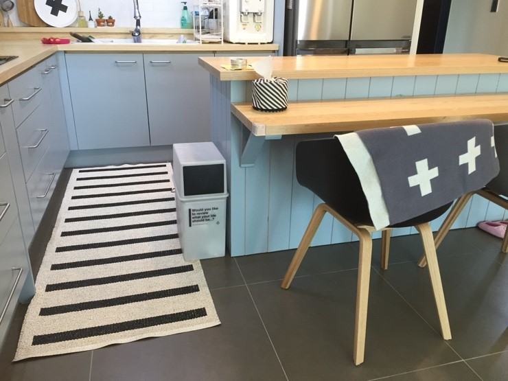 <Tip> 找個兩面都可以使用的垃圾桶放在一旁,讓桌裡桌外的人都可以方便使用:)