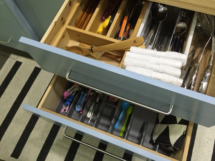 抽屜裡,也可以用收納盒,將東西分類放置保管