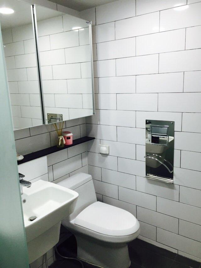 這裏是主臥室裡的廁所~乾淨整潔的以白色系為主!