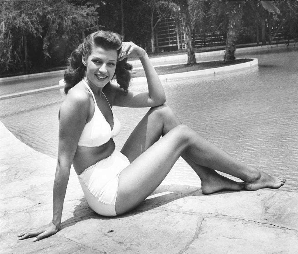 比基尼的發明人是法國的一位叫做'Louis Reard'的工程師,以美國太平洋的比基尼島上爆發的原子彈獲得靈感設計而成,讓穿泳衣的人們,感受原子彈爆發般的衝擊,因此名字就取作比基尼
