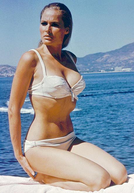 當時烏蘇拉・安德絲穿著白色比基尼,腰邊帶著刀,出現在海邊的畫面,讓人非常印象深刻!