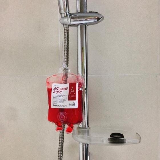 讓你掛在浴室內也可以用,且更像血袋呀!