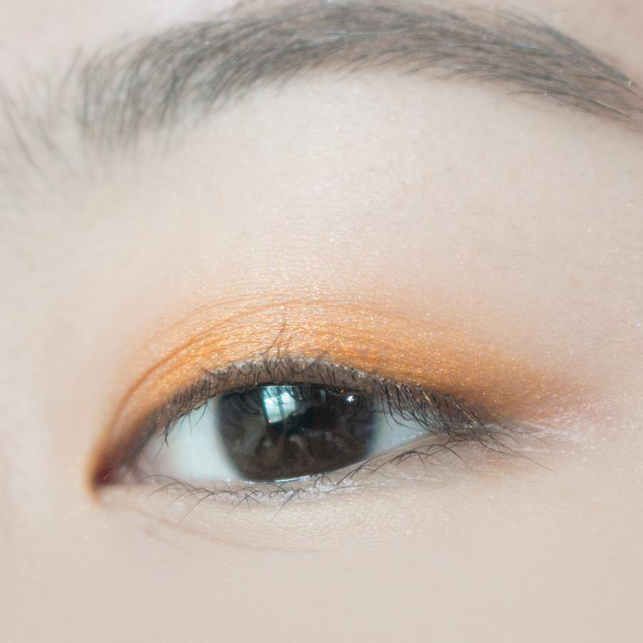2號是Sunny Carat鑽石橘,雖然可能這麼顯色的眼蜜讓女孩有點兒卻步,但帶點Funky的色彩很適合休假出遊時使用♡