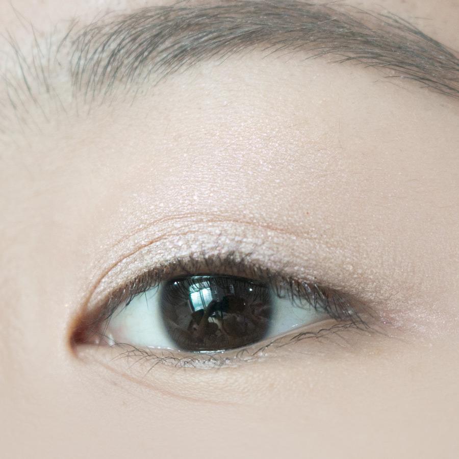 4號Pearlfect珍珠白,做為基底眼影是很美麗的珠光色!如果只單擦的話,大概立馬化身隔壁大媽(隔壁大媽躺著也中槍XD)