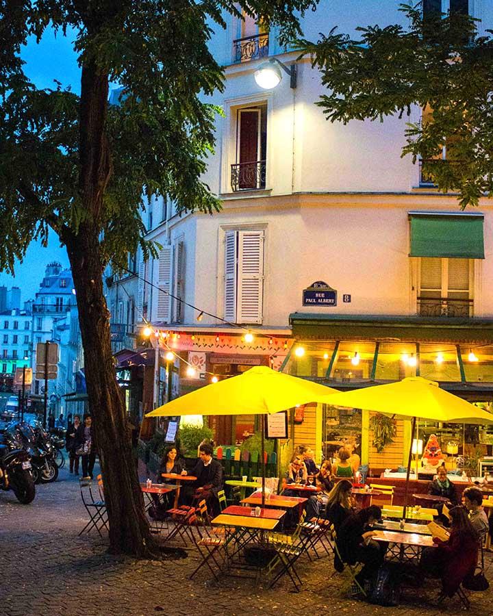 巷子裡的小餐廳、小酒館,在太陽下山以後點亮燈火,將整個巷子上了不同的色彩