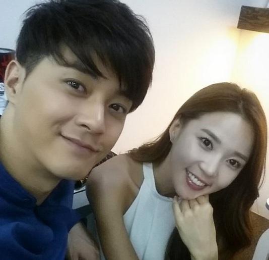 最近在SBS藝能節目《曖昧男女》中,演員金智勳在聯誼會中認識的女孩也是她