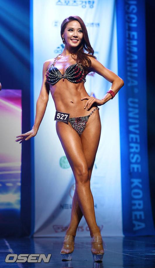 等一下~她不就是今年春天舉辦的「2015環球健美大賽選拔賽」模特兒部門中,「Miss Bikini冠軍」的楊敏華(音譯)嗎?