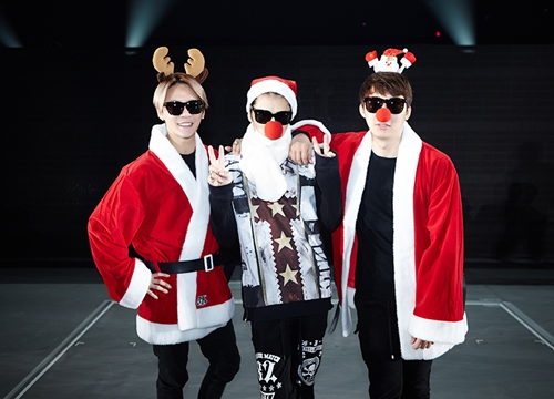故事發生在去年底JYJ在日本福岡開演唱會的時候,因為適逢耶誕假期~成員們當然要cosplay一下~