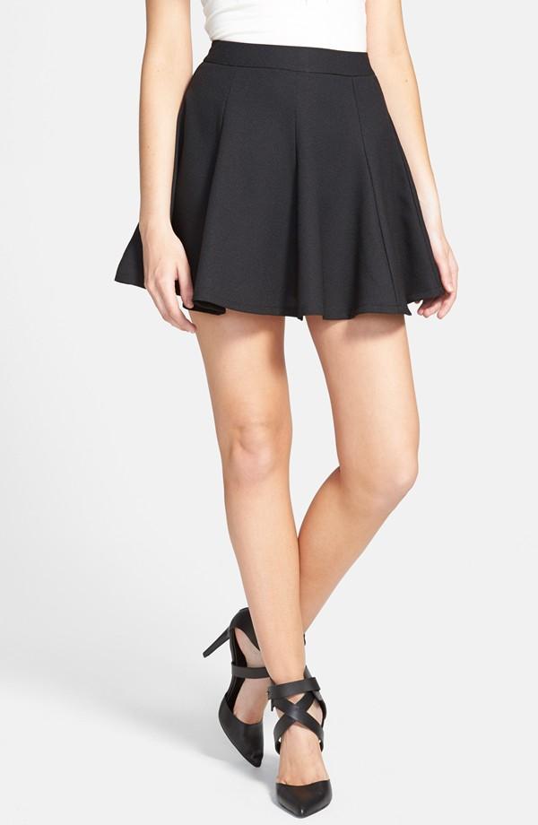 Flared skirt:長度從腰部到屁股下緣,合腰傘狀的裙擺,稱作傘狀裙。這類的裙子又分為兩種類