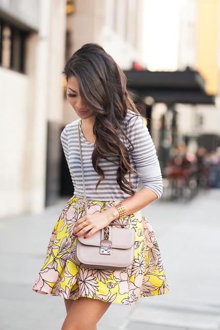 或是想要整體造型更華麗一點的話,可以選擇有鮮豔花紋的裙子