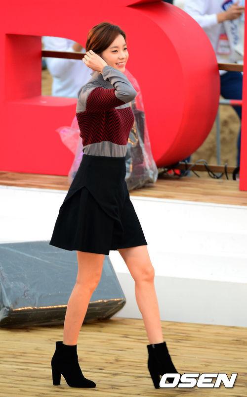 透過演員韓孝珠的傘狀裙穿搭造型,有沒有發現,其實傘狀裙也能夠完美展示身體的角線美呢!