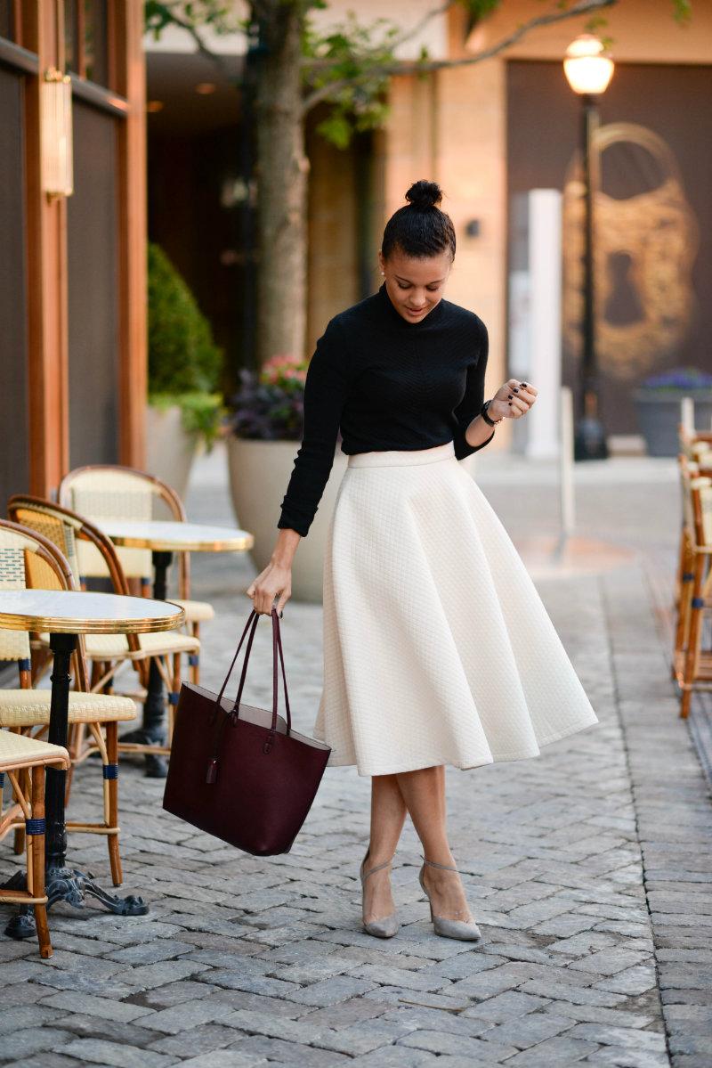 2.長裙:長版的傘狀裙看起來女人味十足,也很顯優雅。高腰的設計,讓腳的線條看起來更修長,整體看起來也會更纖瘦唷!