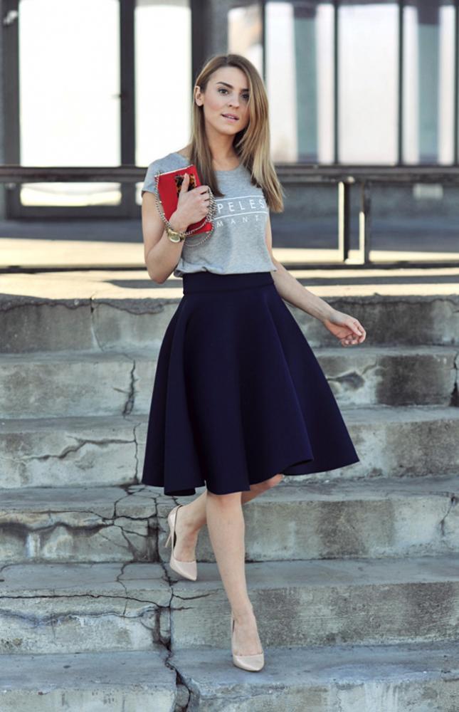 上衣就算搭休閒風的T-shirt,下半身搭配長版傘狀裙也很優雅♥