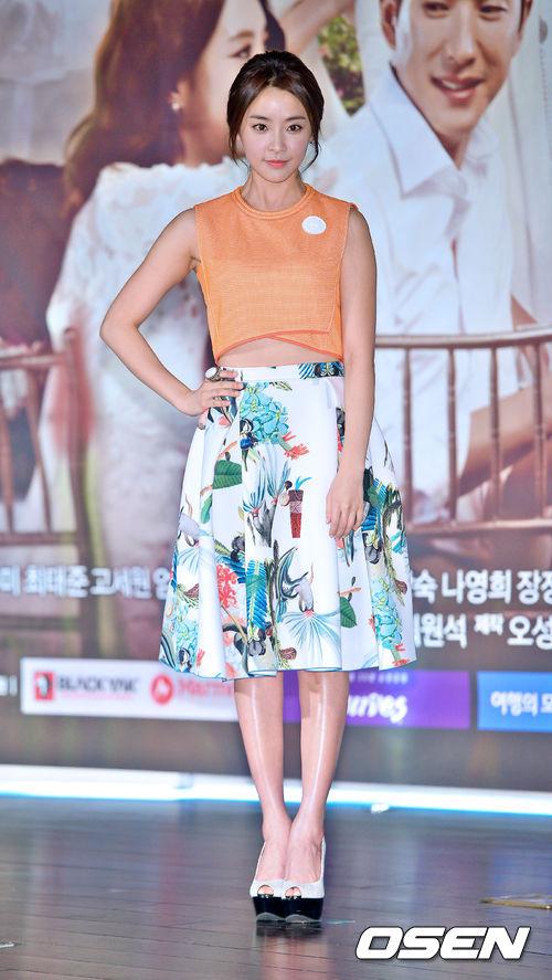 演員鄭有美以陽光清爽的橘色上衣,搭上亮眼華麗的長版傘狀裙,充滿夏天的氣氛以外,還很有魅力呢!
