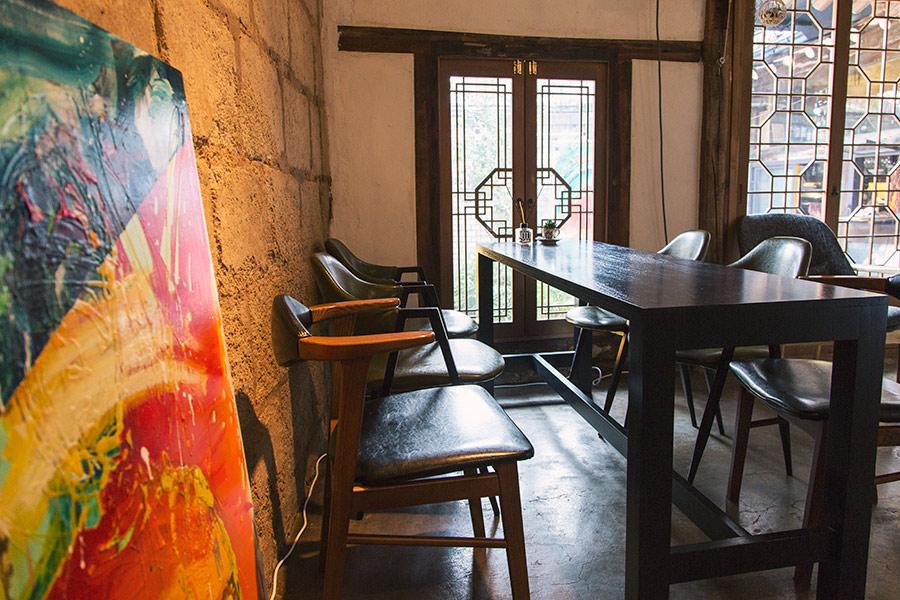 室內的擺設也是相當特別,充滿歷史感的家具和到處都看得見的藝術品...眼睛看著全是享受,同時還帶來寧靜感的空間