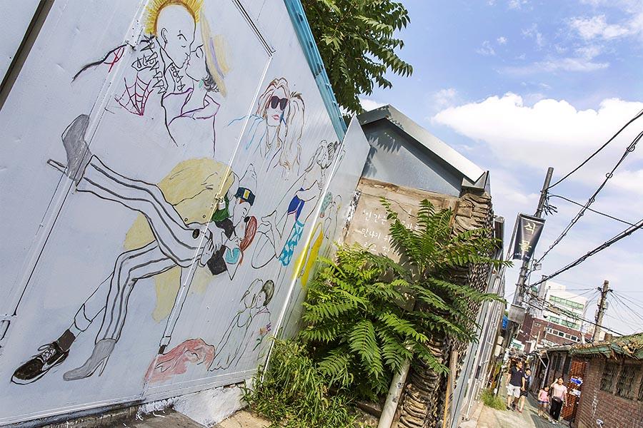 在巷子裡,到處都可以看見充滿著壁畫的牆壁。趕快來當一下小文青,一探這個歷史與文化寶除很好的地方吧!