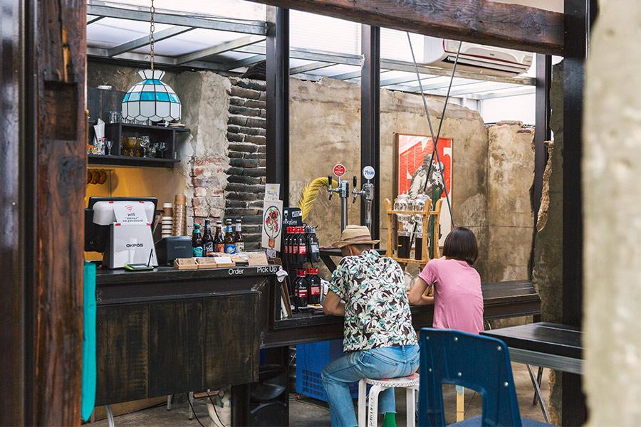 「植物」除了是家咖啡廳以外,還可以讓藝術家們的作品有地方展示&表演,是一個複合式的文化空間。一個充滿現代感,又非常復古的環境!
