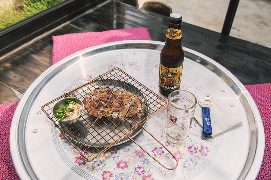 選擇一個喜歡的位置坐下,雙腳一盤~放鬆的來杯啤酒
