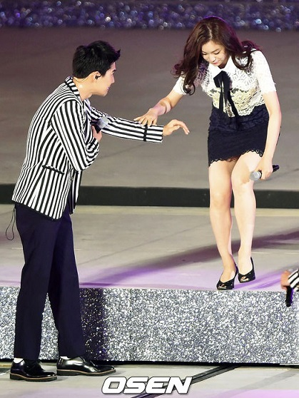 首先金妍兒要下一段不低的樓梯!EXO Suho伸出了禮儀之手!看得出來嗎?他的手臂朝下,意思是希望金妍兒扶手臂~而不是貿然牽他的手!這一幕讓粉絲看了好感動~~
